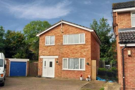 3 Bedrooms Detached House for sale in Coltbeck Avenue, Leicester, Leicestershire, LE19 3EJ