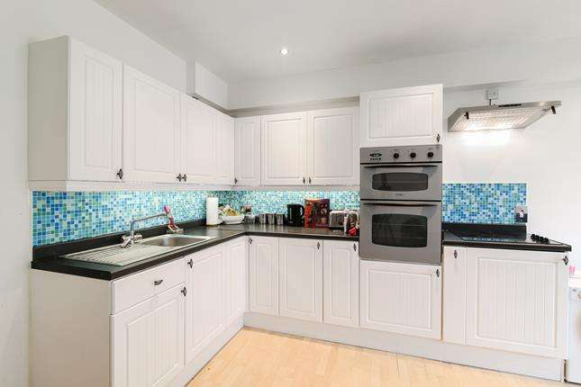4 Bedrooms Maisonette Flat for sale in Southwark Park Road, London, SE16 3TY