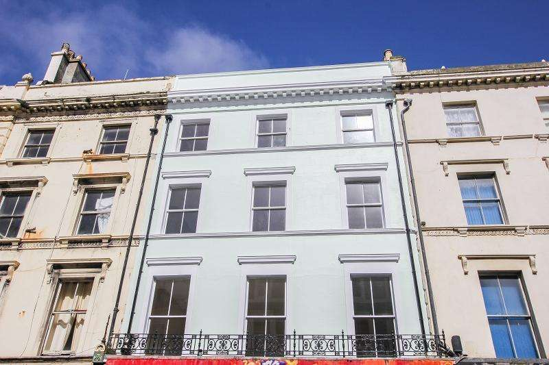 2 Bedrooms Flat for sale in Robertson Street, Hastings, East Sussex. TN34 1HT