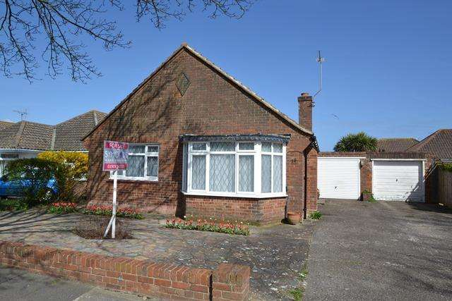 2 Bedrooms Detached Bungalow for sale in Glynde Avenue, Goring By Sea, West Sussex, BN12 5BH