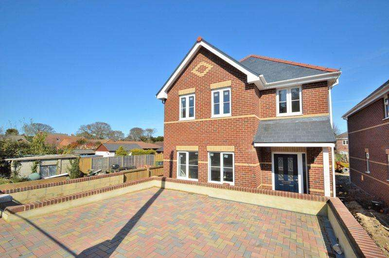4 Bedrooms Detached House for sale in Totland PO39 0AD