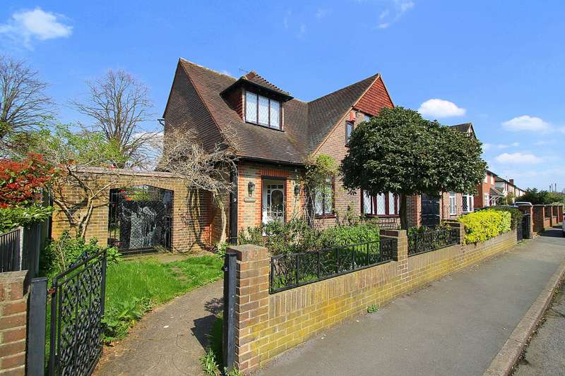 4 Bedrooms Detached House for sale in Fontmell Park, Ashford, TW15