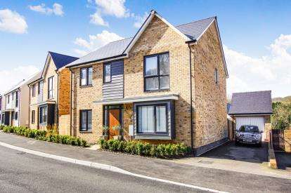 4 Bedrooms Detached House for sale in Budding Way, Dursley