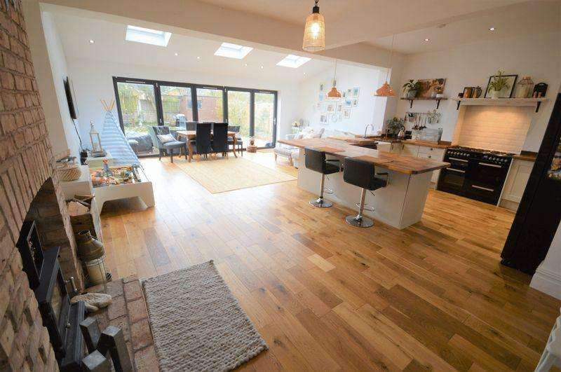 5 Bedrooms Semi Detached House for sale in Centurion Drive, Meols
