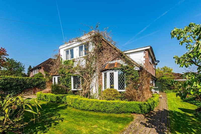 4 Bedrooms Detached House for sale in Moorhayes Drive, Laleham Village, TW18