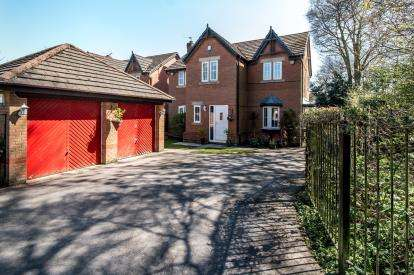 4 Bedrooms Detached House for sale in Chichester Close, Sale, Trafford, Greater Manchester