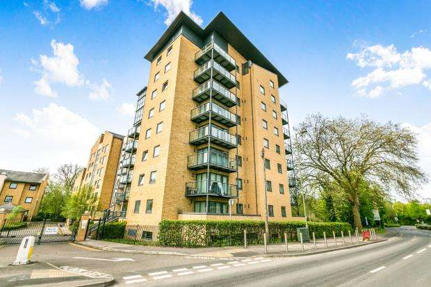 2 Bedrooms Flat for sale in Victoria Way, Woking, Surrey