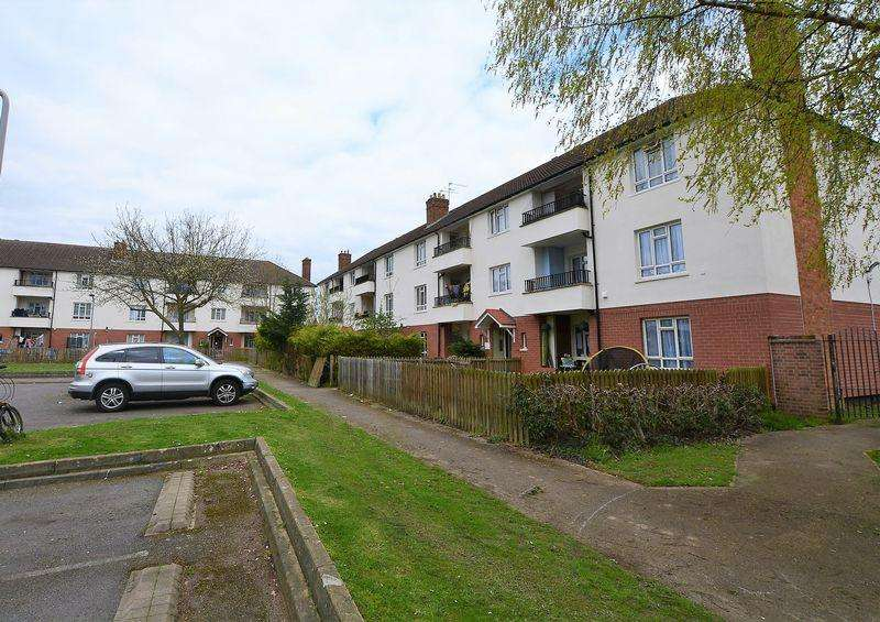 3 Bedrooms Flat for sale in Darrell Close, Langley