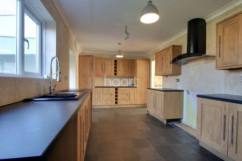 3 Bedrooms Semi Detached House for sale in Spurgeon Close, Braintree