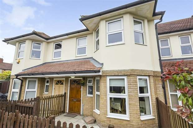 3 Bedrooms Terraced House for sale in Lavender Close, London