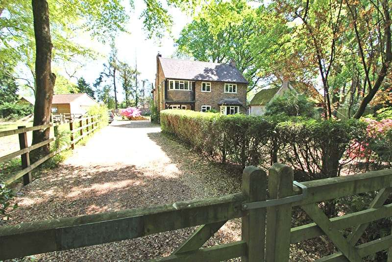 4 Bedrooms Detached House for sale in Holmsley Road, Wootton, New Milton