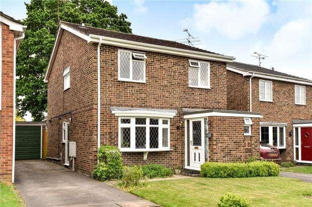 4 Bedrooms Detached House for sale in Cypress Way, Blackwater, Surrey