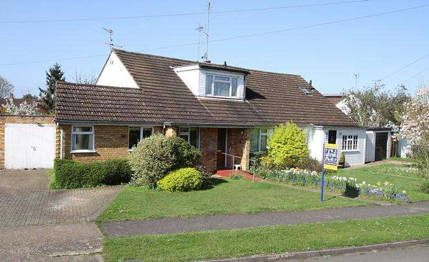 3 Bedrooms Semi Detached Bungalow for sale in Riverpark Drive, MARLOW, SL7