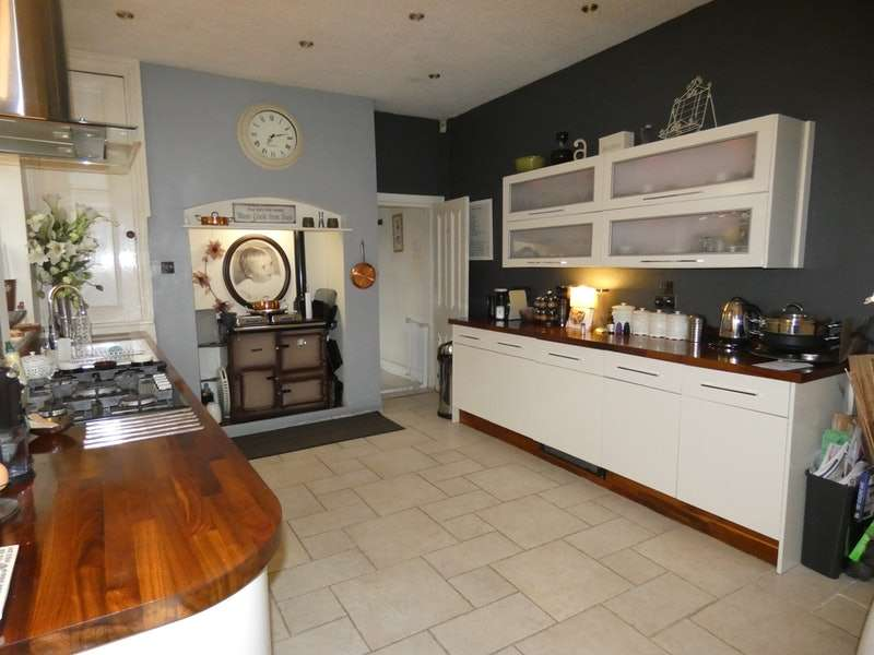 3 Bedrooms Terraced House for sale in Shaw Road, Oldham, Greater Manchester, OL2