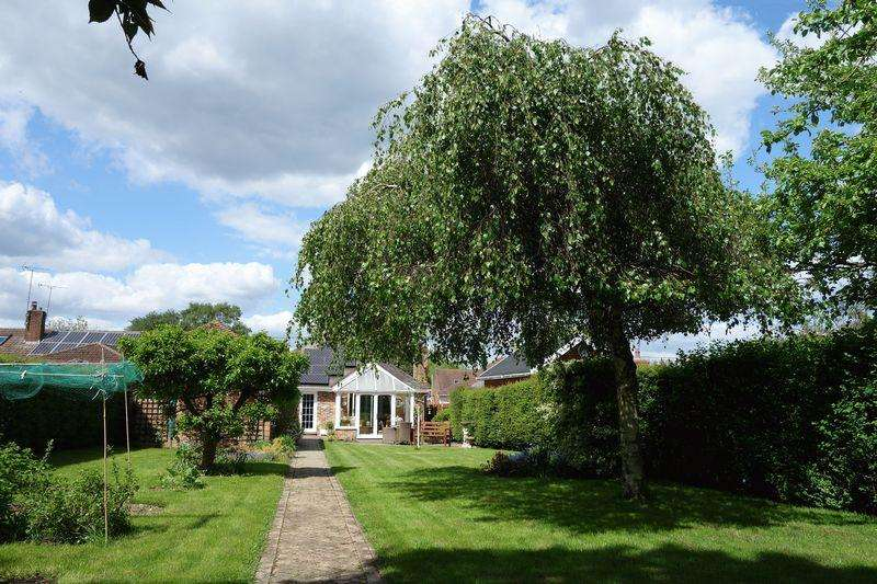 4 Bedrooms Detached Bungalow for sale in Hazel Road, Aldershot
