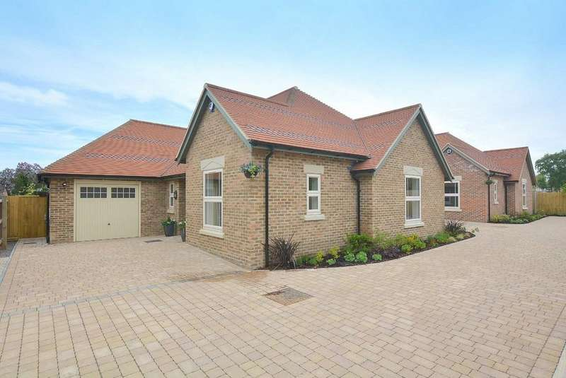3 Bedrooms Detached Bungalow for sale in Gravel Hill, Wimborne