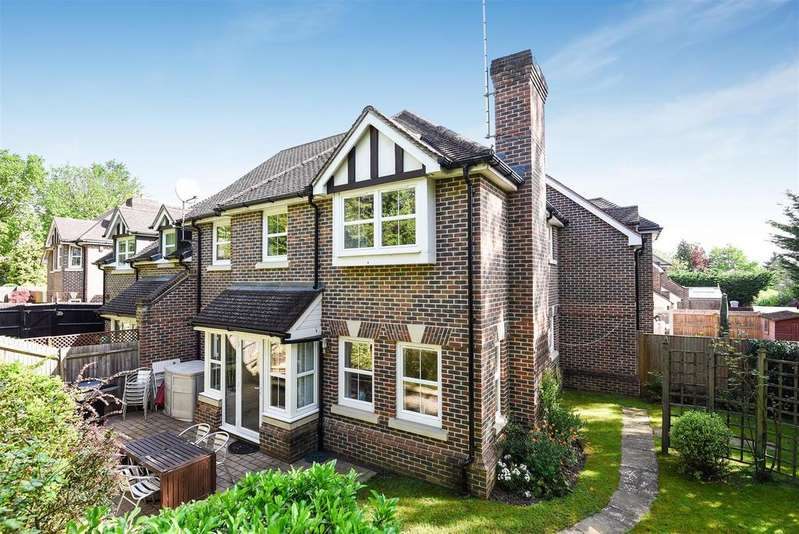 2 Bedrooms Terraced House for sale in Barkhart Close, Wokingham, Berkshire RG40 1PN