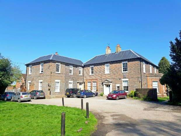 2 Bedrooms Flat for sale in Elm Grove, Kingsclere, Newbury,
