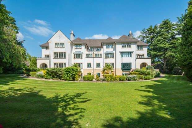 3 Bedrooms Apartment Flat for sale in The Garden Apartment, Forrest Hill, South Downs Road, Bowdon