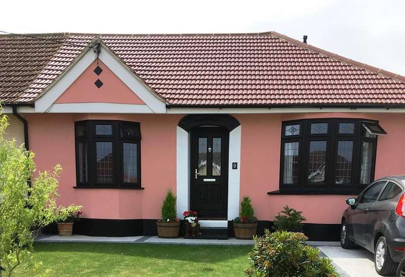 3 Bedrooms Semi Detached Bungalow for sale in Windsor Avenue, Corringham, SS17
