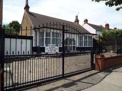 2 Bedrooms Bungalow for sale in Barkingside, Essex