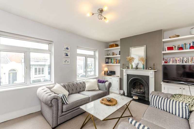 2 Bedrooms Flat for sale in Battersea Rise, Between the Commons, SW11