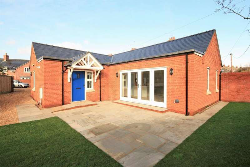 2 Bedrooms Detached Bungalow for sale in Woodstock Lane, Ringwood, BH24