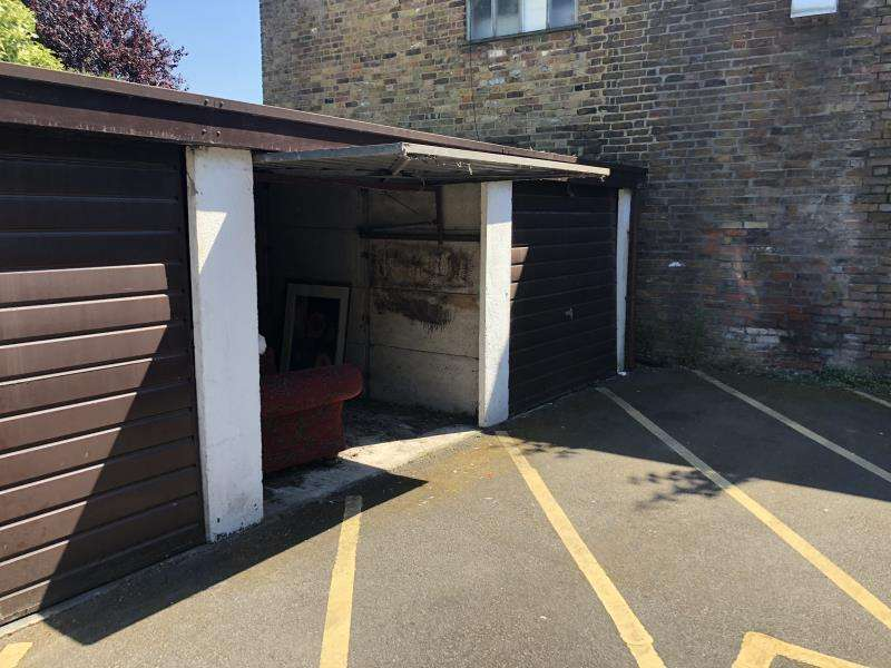 Garages Garage / Parking for sale in Garage, Maple Court