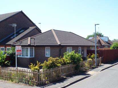 2 Bedrooms Bungalow for sale in Dunstable Road, Houghton Regis, Dunstable, Bedfordshire