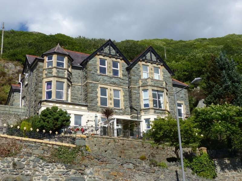 3 Bedrooms Apartment Flat for sale in Flat 1 Hendre Hall, Llanaber Road, LL42