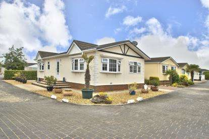 2 Bedrooms Mobile Home for sale in Pine Hill Park, Sawtry Way, Wyton, Huntingdon