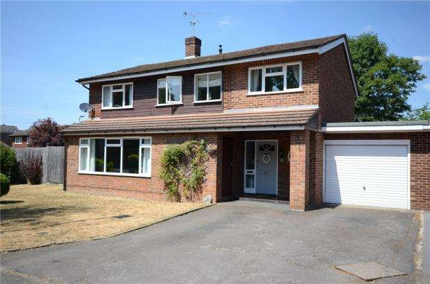 5 Bedrooms Detached House for sale in Heath Close, Wokingham, Berkshire