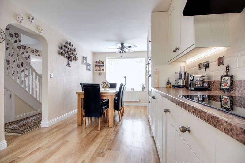 3 Bedrooms Detached House for sale in Bargroves Avenue, St Neots