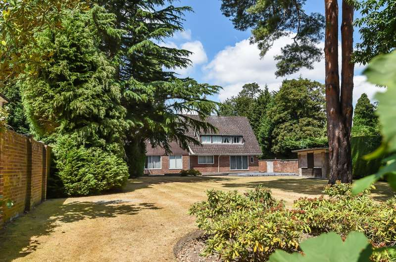 4 Bedrooms Detached House for sale in East Road, St George's Hill, Weybridge, KT13