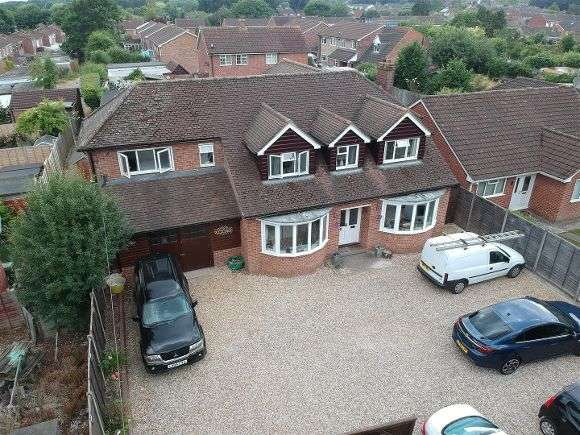 4 Bedrooms Detached House for sale in Mulfords Hill, Tadley