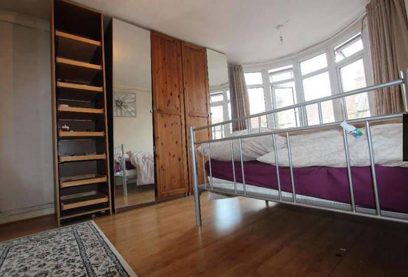 4 Bedrooms Semi Detached House for sale in Dersingham Avenue, London, E12 5QJ
