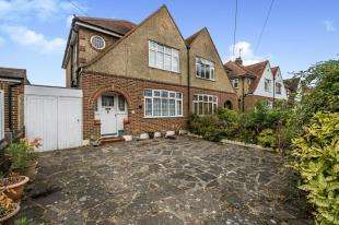 3 Bedrooms Semi Detached House for sale in Somerset Avenue, Chessington, Surrey