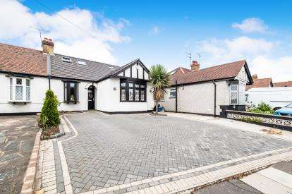 4 Bedrooms Bungalow for sale in Ilford, Essex, England