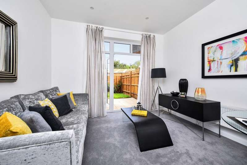 2 Bedrooms Flat for sale in Barmeston Road London SE6