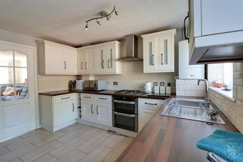 5 Bedrooms Link Detached House for sale in Hastings Close, Grays