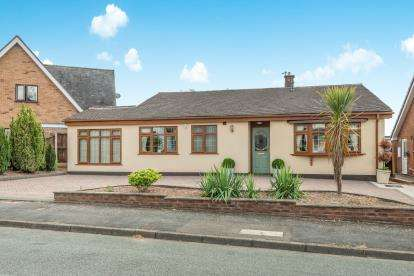 3 Bedrooms Bungalow for sale in Dorchester Road, Shoal Hill, Cannock, Staffordshire