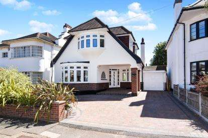 3 Bedrooms Detached House for sale in Gidea Park, Romford, Essex