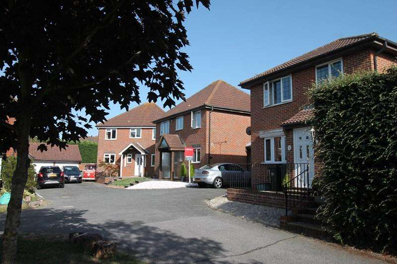 4 Bedrooms Detached House for sale in Marlborough Close, Eastbourne