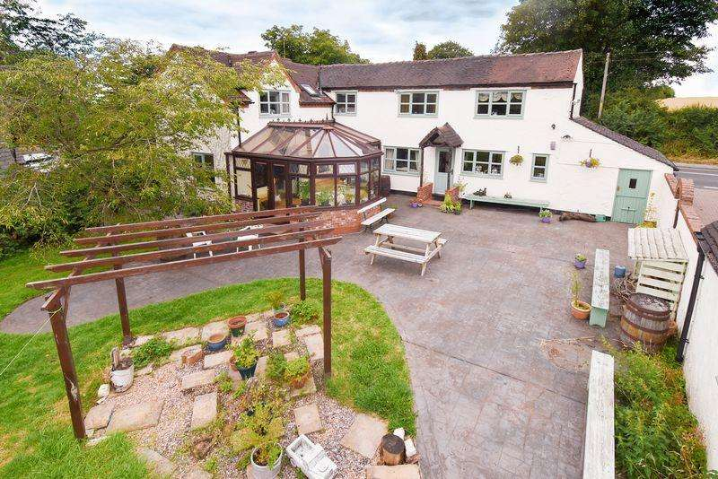4 Bedrooms Detached House for sale in Large country house and outbuildings in around 1 acre