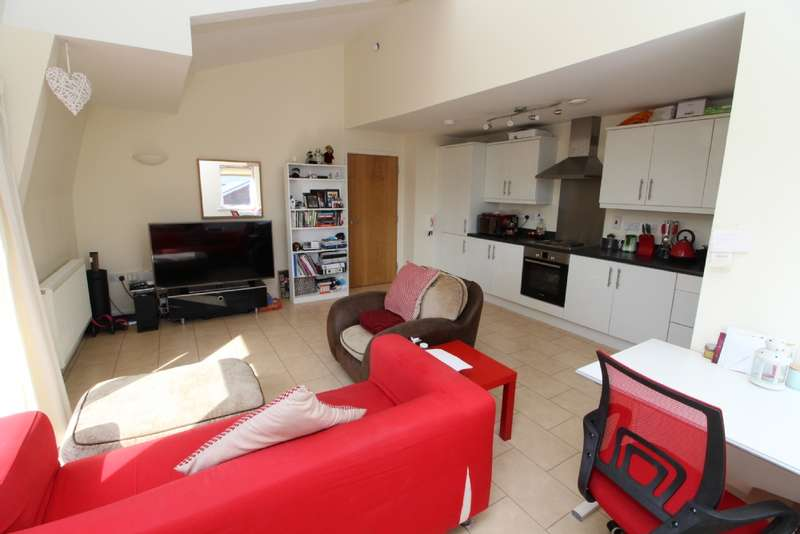 2 Bedrooms Flat for sale in Addenbrookes Road, Newport Pagnell, Buckinghamshire