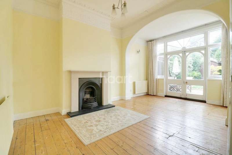 2 Bedrooms Flat for sale in Eastwood Road, E18