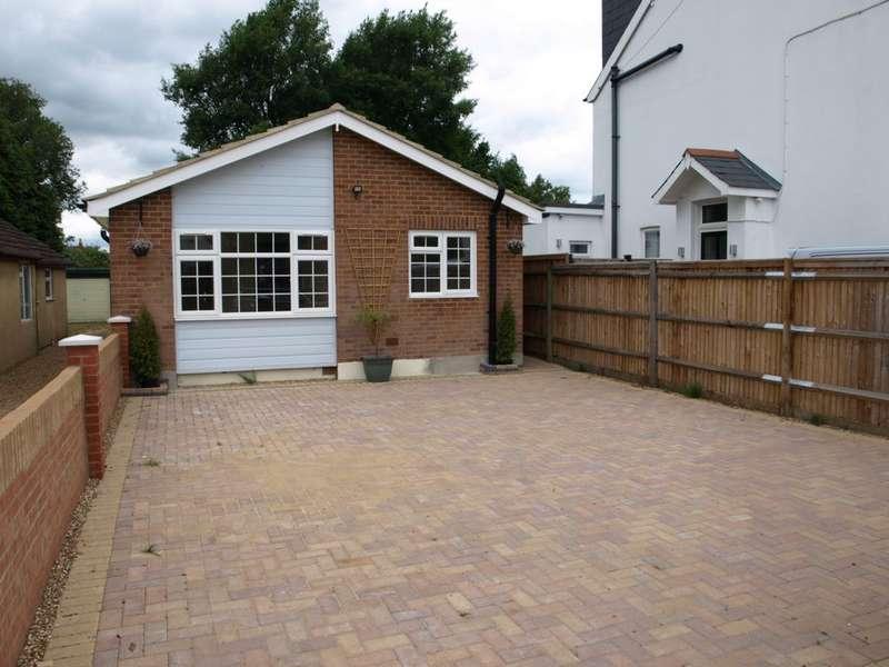 4 Bedrooms Bungalow for sale in College Road, Sandhurst, GU47