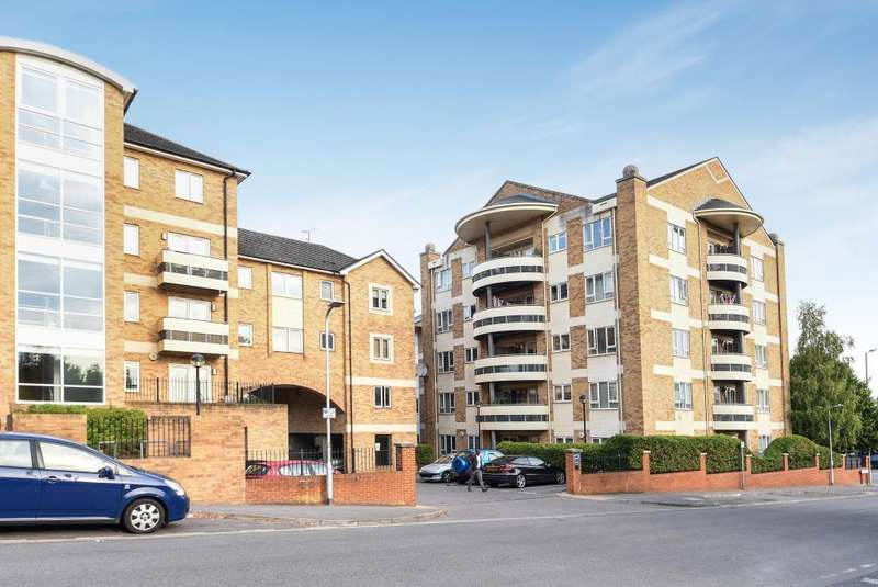 2 Bedrooms Flat for sale in Branagh Court, Oxford Road, Reading, RG30