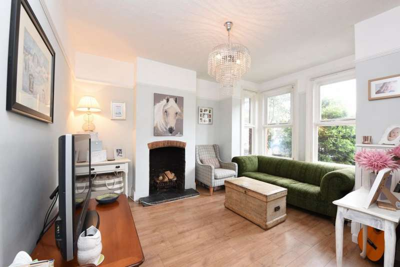 3 Bedrooms Semi Detached House for sale in York Road, North Camp, GU14