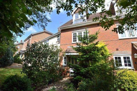 3 Bedrooms Terraced House for sale in Longmoor Court, Fleet